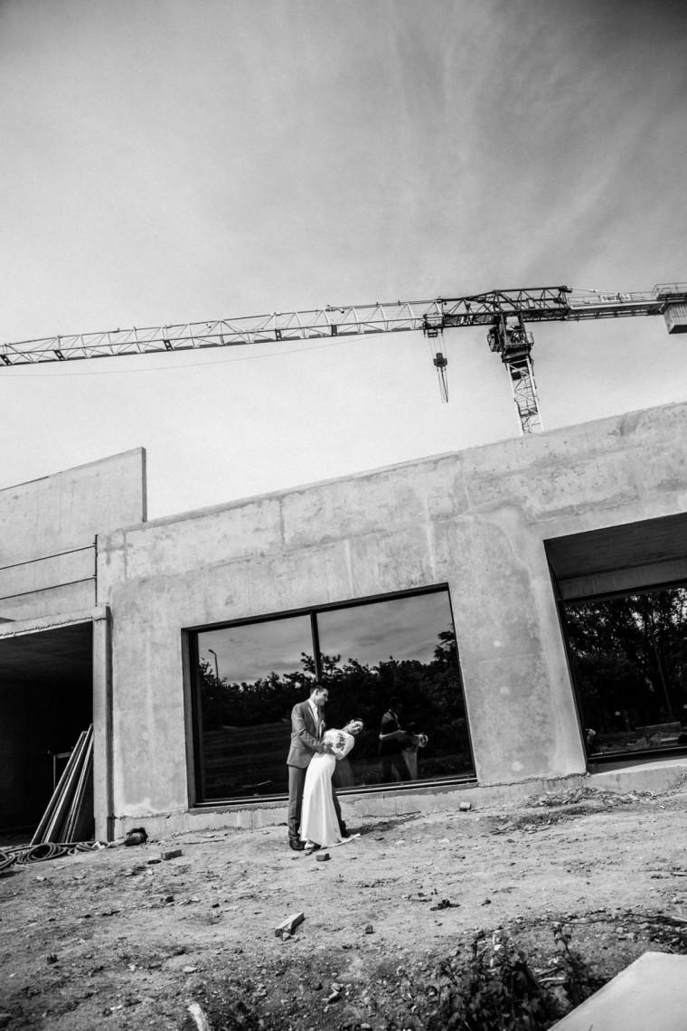 Photographe Carcassonne-Photo mariage-Photo noir et blanc-chantier-grue-photo mariage insolite et originale